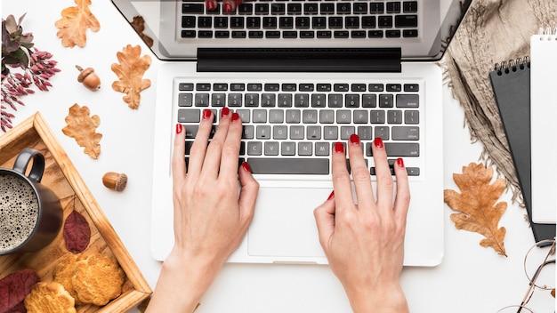 Vista superior do laptop com folhas de outono e café