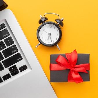Vista superior do laptop com relógio e presente