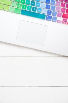 Vista superior do laptop com teclado colorido