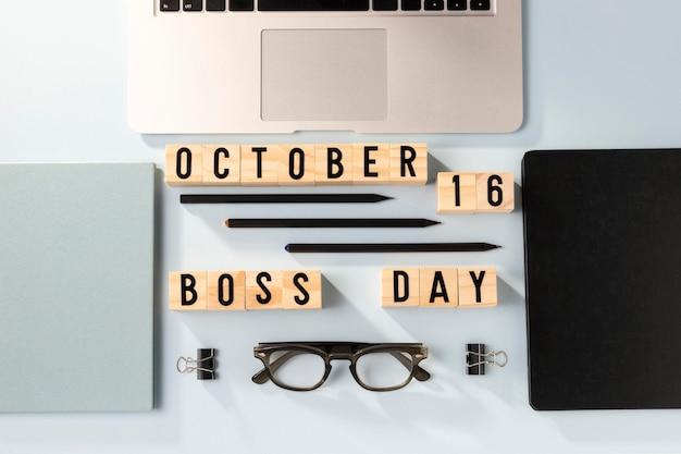 Vista superior do laptop do dia do chefe e itens de mesa