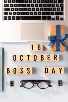 Vista superior do laptop do dia do chefe e presente