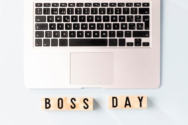 Vista superior do laptop do dia do chefe