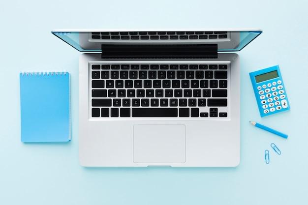 Vista superior do laptop e calculadora