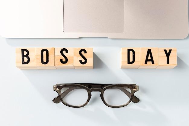 Vista superior do laptop e óculos do dia do chefe