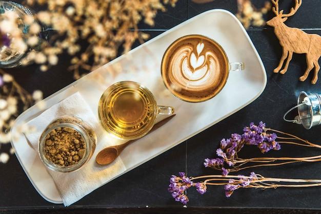 Vista superior do latte de café quente com latte art