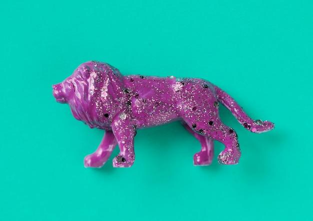 Vista superior do leão roxo com glitter