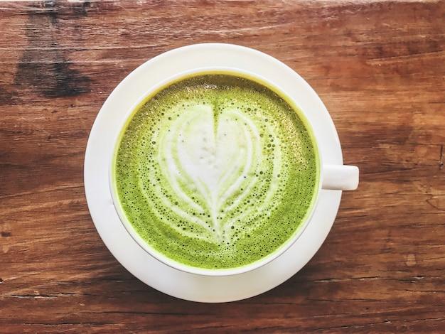 Vista superior do leite de leite de chá verde matcha quente com leite cremoso