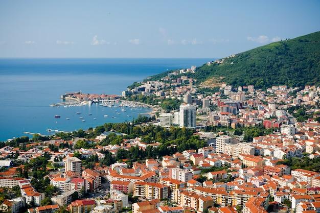 Vista superior do litoral de budva, montenegro.