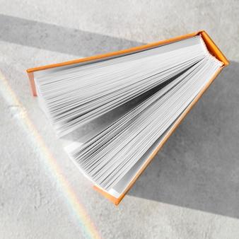 Vista superior do livro de capa dura aberto na mesa