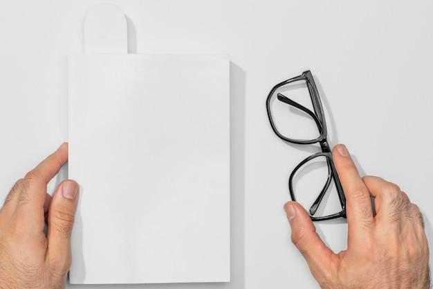 Vista superior do livro de cópia do espaço e óculos de leitura