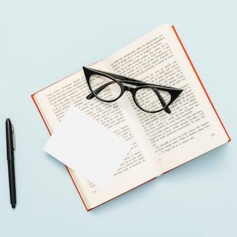 Vista superior do livro e óculos