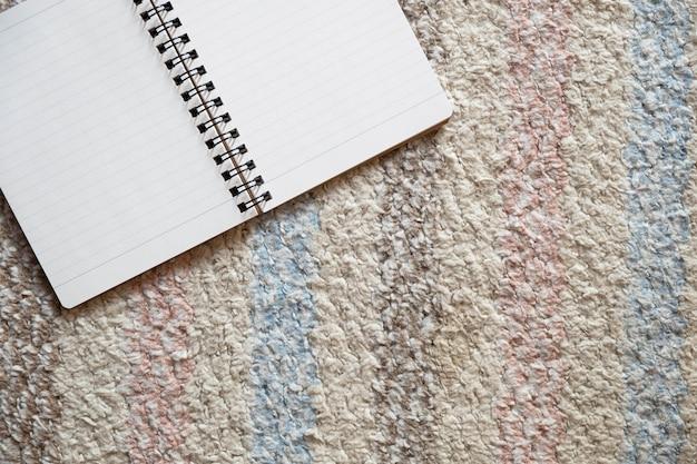 Vista superior do livro vazio no chão, educação, espaço de cópia