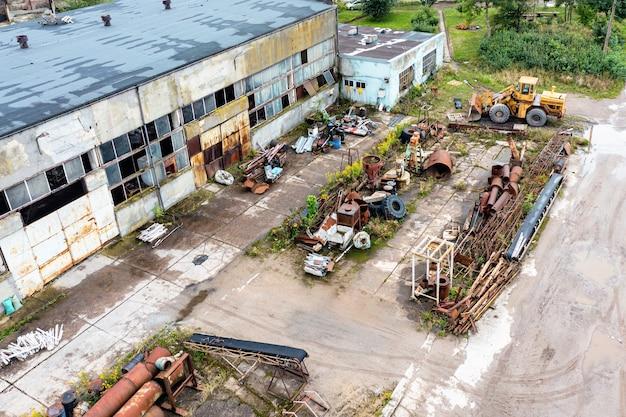 Vista superior do lixão com metal enferrujado, fábrica abandonada