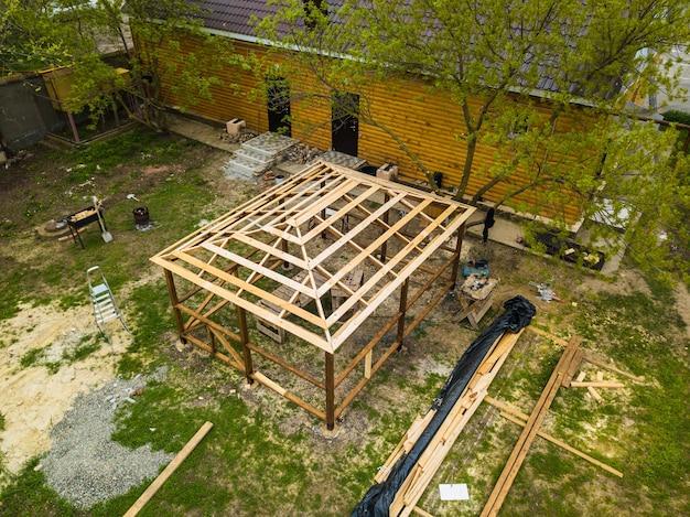 Vista superior do local da construção o gazebo é feito de vigas de madeira