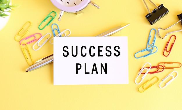 Vista superior do local de trabalho com mensagem do plano de sucesso