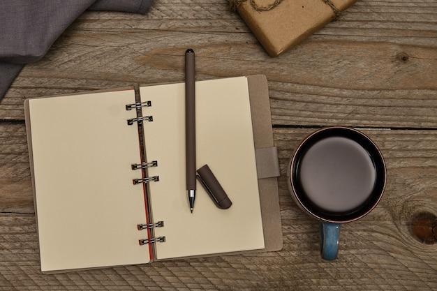 Vista superior do local de trabalho. estilo vintge. presente de artesanato, guardanapo de algodão e caderno de papel reciclado. conceito ecológico Foto Premium