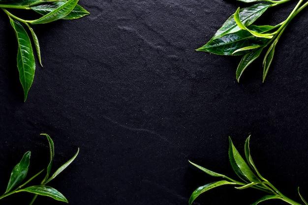 Vista superior do matcha do chá verde em uma bacia na superfície de madeira