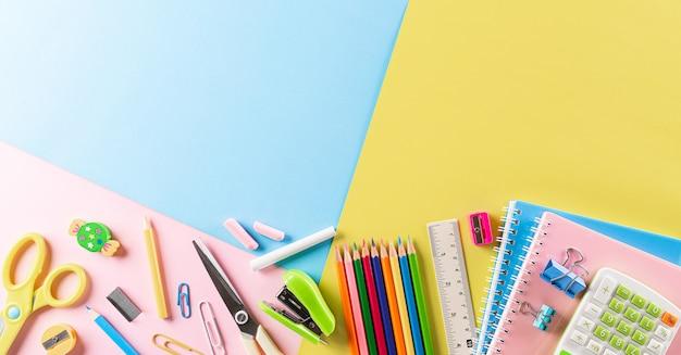 Vista superior do material escolar colorido com livros. postura plana.
