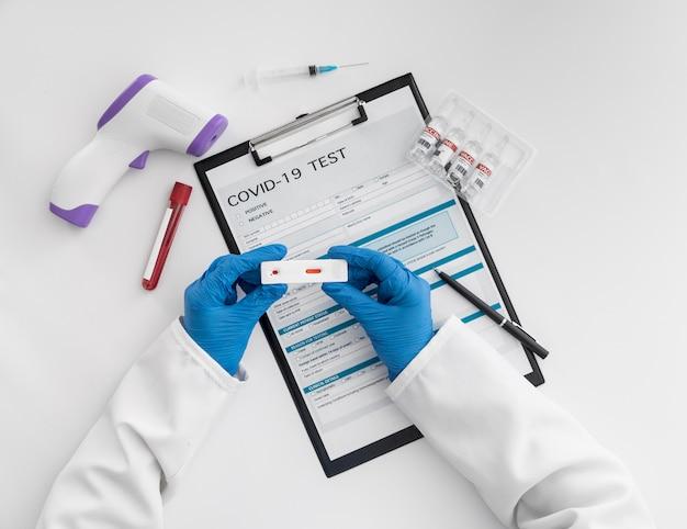 Vista superior do médico verificando teste cobiçado
