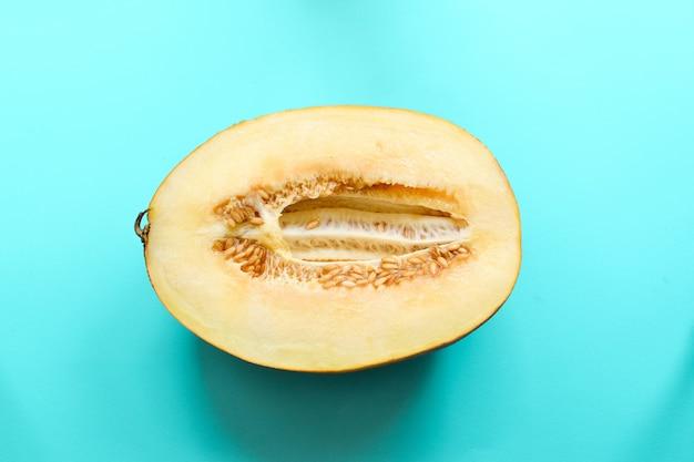 Vista superior do melão maduro fresco em fundo branco. conceito de comida mínima. alimentos criativos. fechar-se