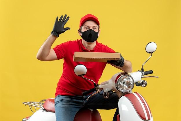 Vista superior do mensageiro usando blusa vermelha e luvas de chapéu na máscara médica, sentado na scooter, apontando a ordem mostrando cinco