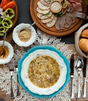 Vista superior do menu com sopa e carne