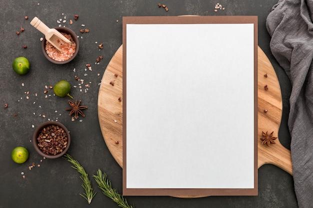 Vista superior do menu em branco com limão e condimentos