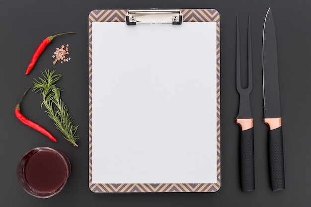 Vista superior do menu em branco com pimenta e talheres