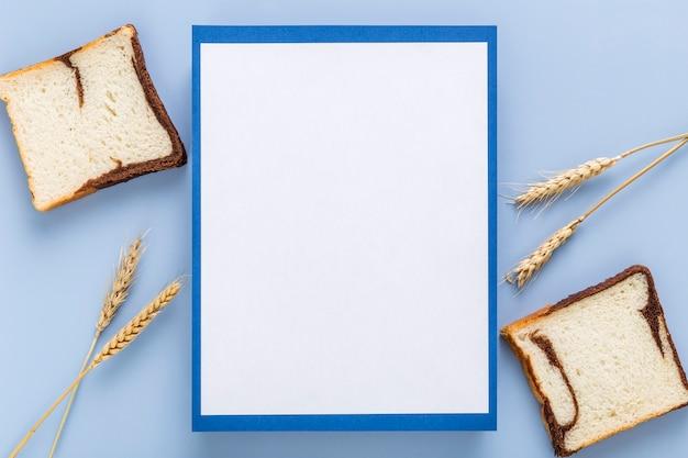 Vista superior do menu em branco com trigo e pão