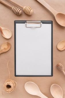 Vista superior do menu vazio com colheres de pau e conchas de mel