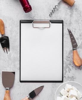 Vista superior do menu vazio com garrafa de vinho e ferramentas