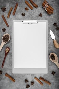 Vista superior do menu vazio com paus de canela e anis estrelado