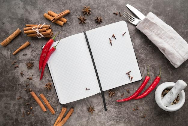 Vista superior do menu vazio com pimenta e paus de canela