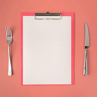 Vista superior do menu vazio com talheres