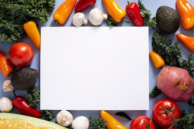 Vista superior do mix de vegetais com retângulo em branco