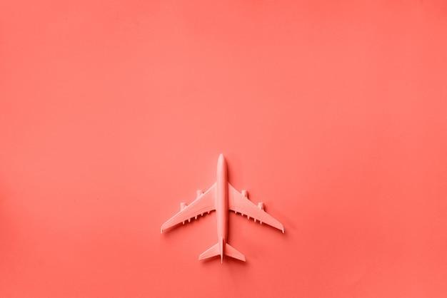 Vista superior do modelo de avião, brinquedo de avião no fundo rosa pastel