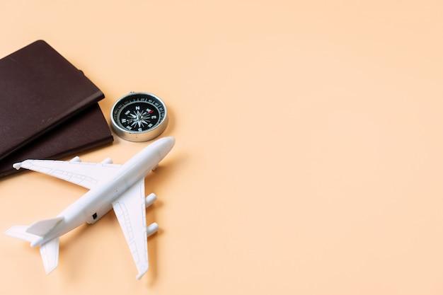 Vista superior do modelo de avião, passaporte, bússola, conceito de viagens. configuração plana, cópia espaço