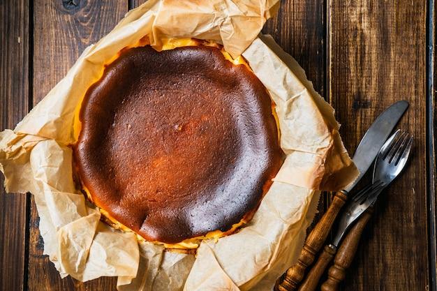 Vista superior do moderno cheesecake queimado basco