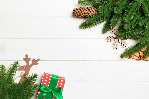 Vista superior do natal feita de galhos de árvore do abeto e decorações do feriado.