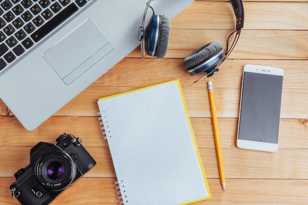 Vista superior do notebook, artigos de papelaria, ferramentas de desenho e alguns copos. improvisar.