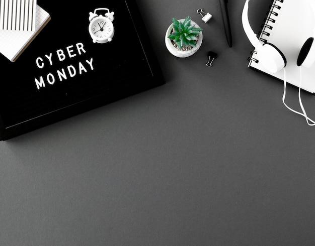 Vista superior do notebook com relógio e fones de ouvido para cyber segunda-feira