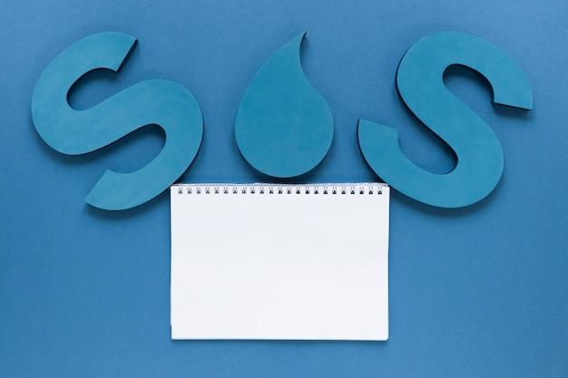 Vista superior do notebook com sos e gota d'água