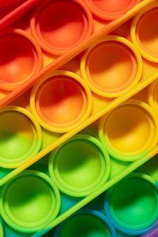 Vista superior do novo brinquedo sensorial estourá-lo; bolhas coloridas coloridas do arco-íris
