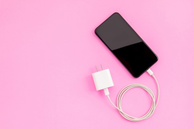 Vista superior do novo smartphone com carregador branco