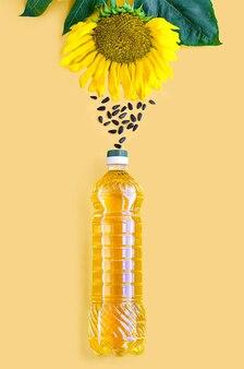 Vista superior do óleo de girassol em uma garrafa de plástico