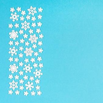 Vista superior do ornamento de inverno feito de flocos de neve brancos
