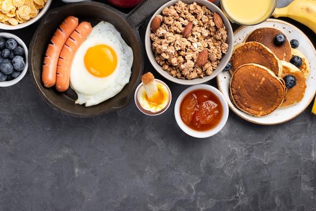 Vista superior do ovo com salsichas e cereais no café da manhã