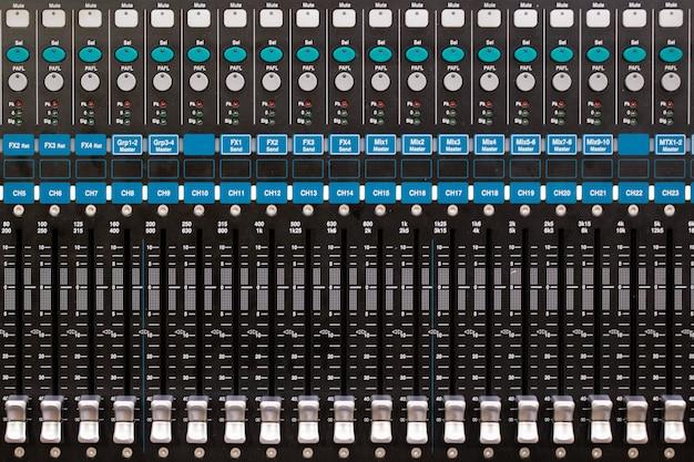 Vista superior do painel de controle do mixer de som na sala de eventos