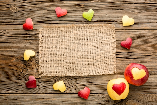 Vista superior do pano com formas de coração de frutas