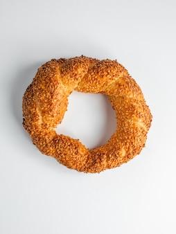 Vista superior do pão circular simit turco, incrustado com sementes de gergelim